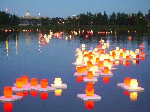 Floating candles to commemorate the bombing of Hiroshima (click on the picture to find out more)